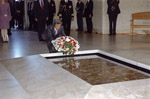 Prime Minister Koizumi lays a wreath at the Tomb of Unknown Soldier in the Australian War Memorial on 1 May 2002.